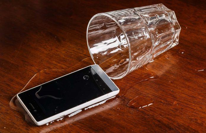 Sıvı Temas Eden Telefonu Kurtarmak İçin Yapılması Gereken 4 Adım